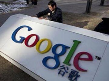 Logo Google di depan kantor pusat Google Cina di Beijing, Senin,(25/01). Pemerintah Cina membantah keterlibatan dalam serangan Internet setelah AS mendesak untuk menyelidiki keluhan tersebut. AP Photo/Alexander F. Yuan