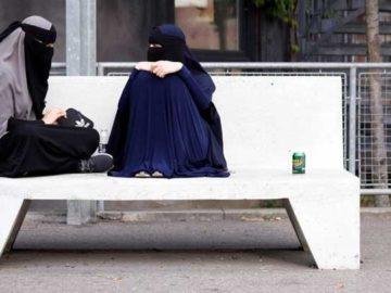 Sabina dan Alaa, dua mahasiswa yang menggunakan niqab atau cadar, saat bersantai di sebuah taman di Kopenhagen, Denmark, 17 Juli 2018. Pada Mei lalu, parlemen Denmark mengikuti kebijakan Prancis dan beberapa negara Eropa lain, mengesahkan undang-undang larangan bercadar. REUTERS/Andrew Kelly