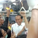 Potret Jokowi Pulang ke Istana Bogor Naik Commuter Line Jadi Perhatian, Penumpang Keluarkan Ponsel
