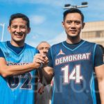 Aksi Kogasma Partai Demokrat Agus Harimurti Yudhoyono (AHY) dan Cawapres nomor urut 02 Sandiaga Uno melakukan salam komando setelah bermain basket bersama di Lapangan Basket Bulungan, Jakarta, Ahad, 17 Maret 2019. TEMPO/M Taufan Rengganis