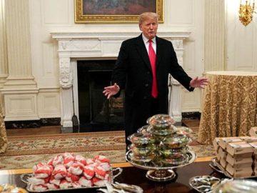 Presiden AS Donald Trump berbicara di depan makanan cepat saji yang disediakan untuk Juara Nasional Playoff 2018 di Gedung Putih, Washington, AS, Senin, 14 Januari 2019. Sekitar seperempat dari pemerintah federal telah ditutup setelah Trump menggali janji kampanye untuk membangun tembok di perbatasan selatan dengan Meksiko. REUTERS/Joshua Roberts
