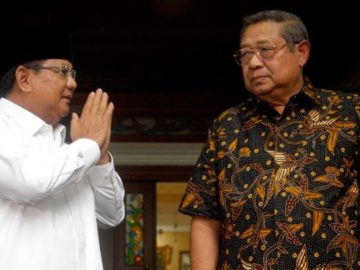 Ketua Umum Partai Gerindra Prabowo Subianto (kiri) bertemu Presiden ke-6 RI Susilo Bambang Yudhoyono (kanan) saat melayat di rumah duka, Cikeas, Bogor, Jawa Barat, Senin, 3 Juni 2019. Prabowo Subianto menyampaikan belasungkawa atas wafatnya Kristiani Herrawati atau Ani Yudhoyono kepada  Presiden ke-6 RI Susilo Bambang Yudhoyono. ANTARA