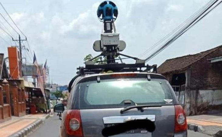 Jarang Terjadi, Pemotor dan Mobil Google Maps Saling Potret Saat Bertemu