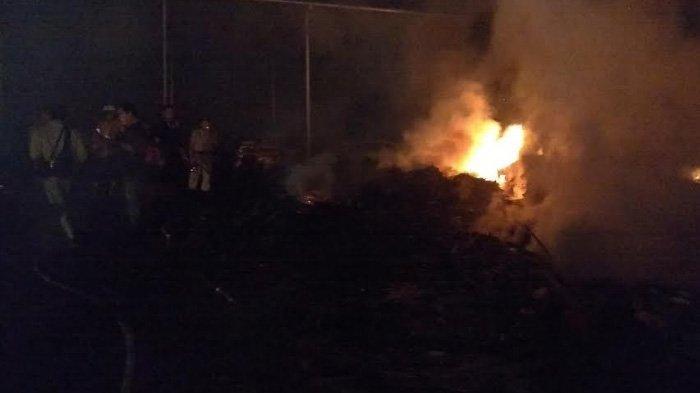 LIVE FACEBOOK - Gudang Bahan Baku Triplek di Tulungagung Terbakar. Begini Suasananya
