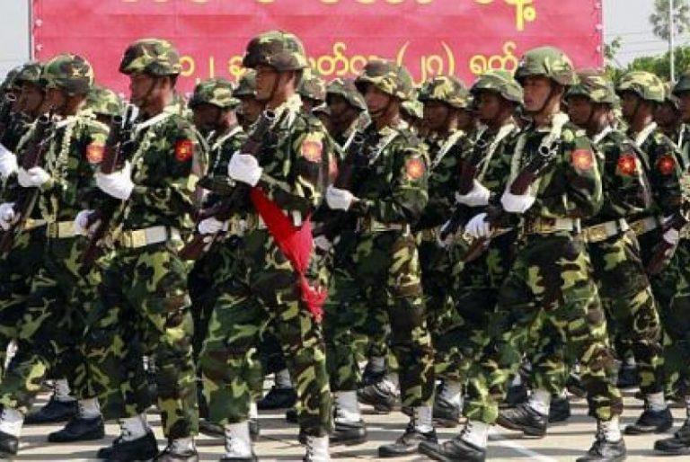 Tentara Myanmar berbaris dalam upacara peringatan hari jadi militer Myanmar ke-67, pada 27 Maret 2012.