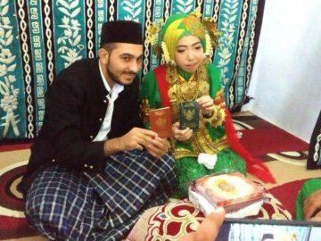 Pemuda Pakistan, Awais Irshad menikahi gadis Majene, Rahmatiah di KUA Kecamatan Banggae, Majene, Rabu (23/10/2019).  (tribunnews)