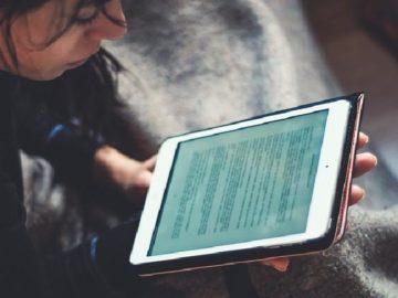 Ilustrasi wanita sedang browsing internet. Pixabay.com